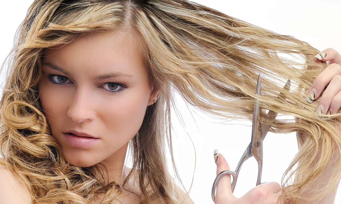 Девушка сама себе стрижет волосы