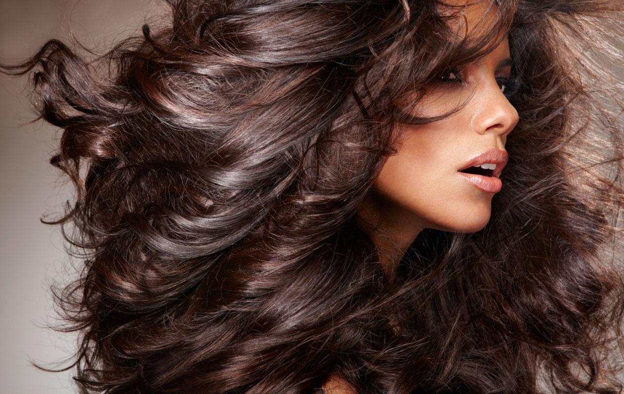 Объемные волосы у девушки