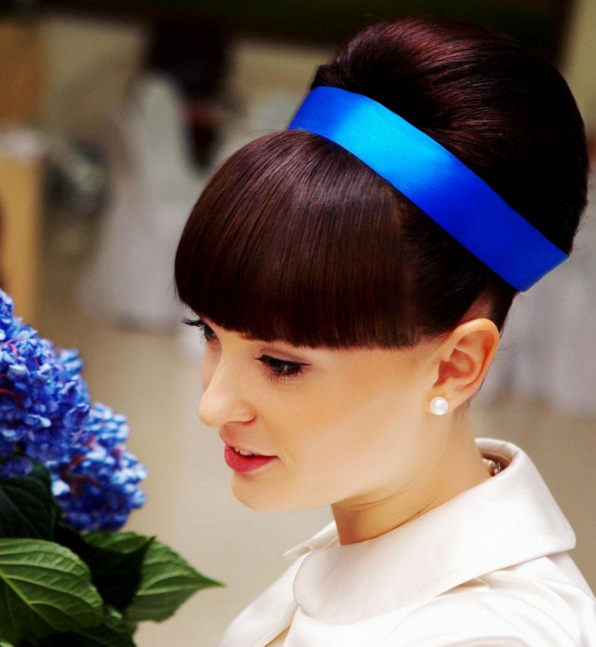 Причёска с синими цветами