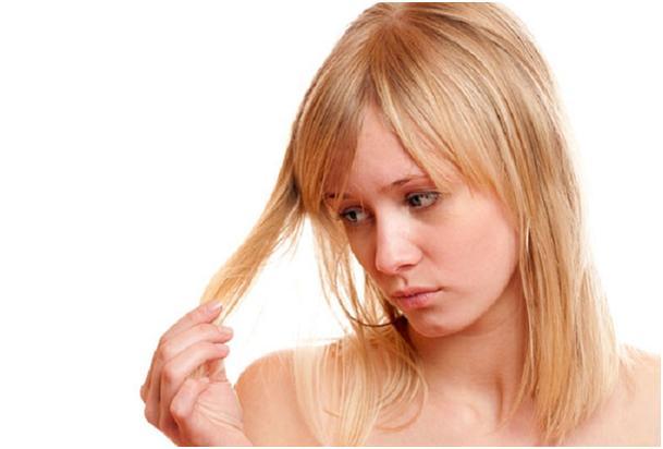 девушка недовольна своими волосами
