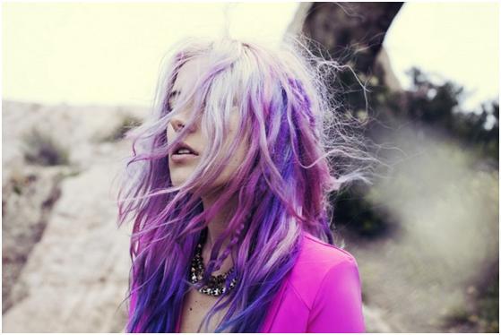 Девушка с малиновыми волосами