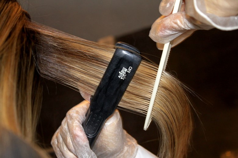 Перед выпрямлением волос наносить