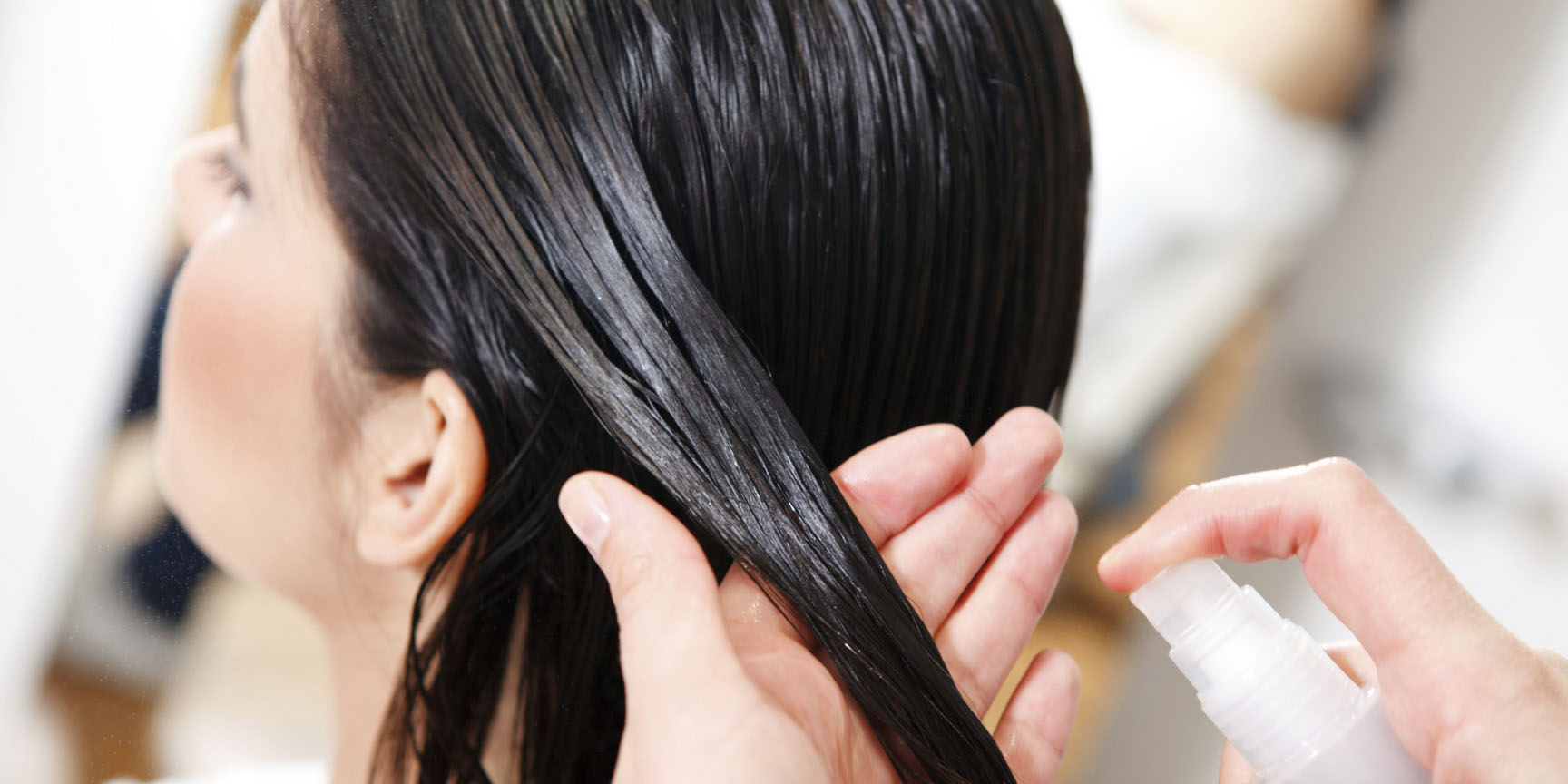 Нанесение спрея на волосы