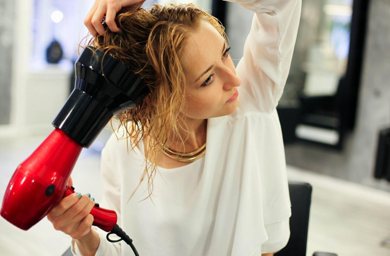 Как сделать волнистые волосы с помощью фена с диффузором