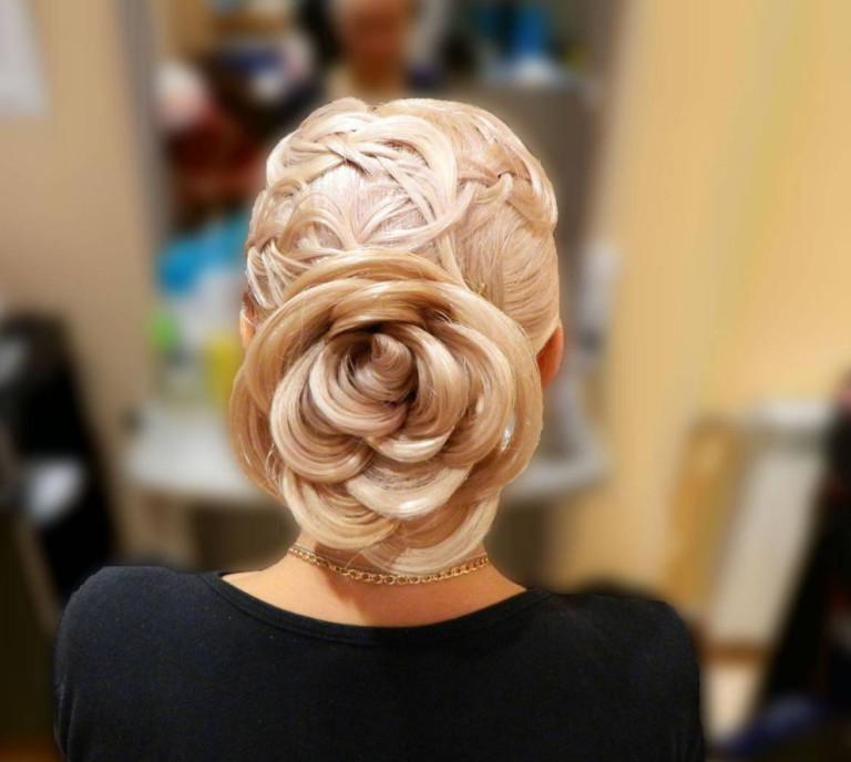 Причёска с двумя цветками