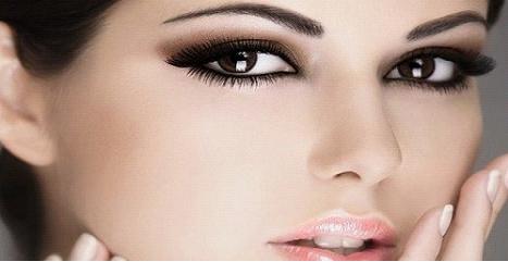 Тени применяют, чтобы подчеркнуть или подкорректировать форму бровей, добавить цвета или выразительности, создать единый образ макияжа