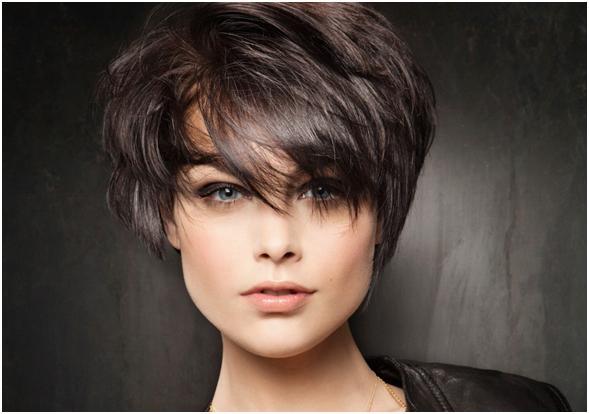 Как показывает опыт мастеров, рваное каре на средних волосах выигрывает от длинной челки с плавным переходом в концы прядей с одной стороны