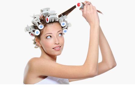 Накручиваем волосы на бигуди