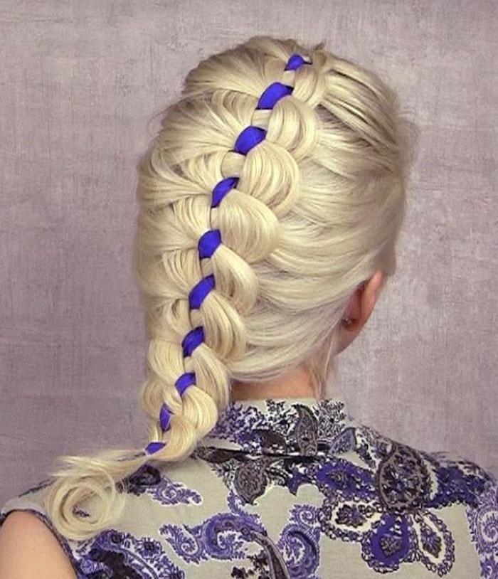 Плетение кос с синим бантом пошагово