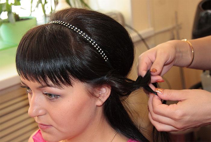 Прическа греческая с повязкой на короткие волосы