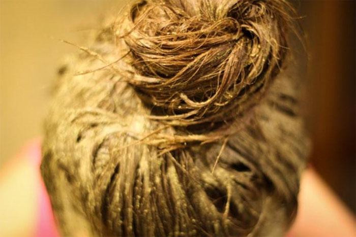 Чем темнее волосы до окрашивания, тем дольше нужно держать красящую кашицу на волосах, иначе разницы можно и не увидеть