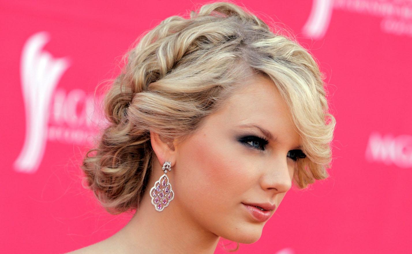 Прическа на средней длины волосы с челкой
