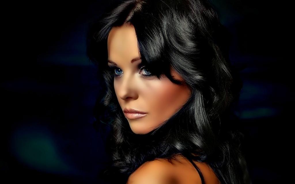 Брюнетка с шикарными волосами онлайн