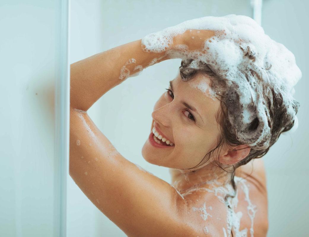 Девушка часто моет голову