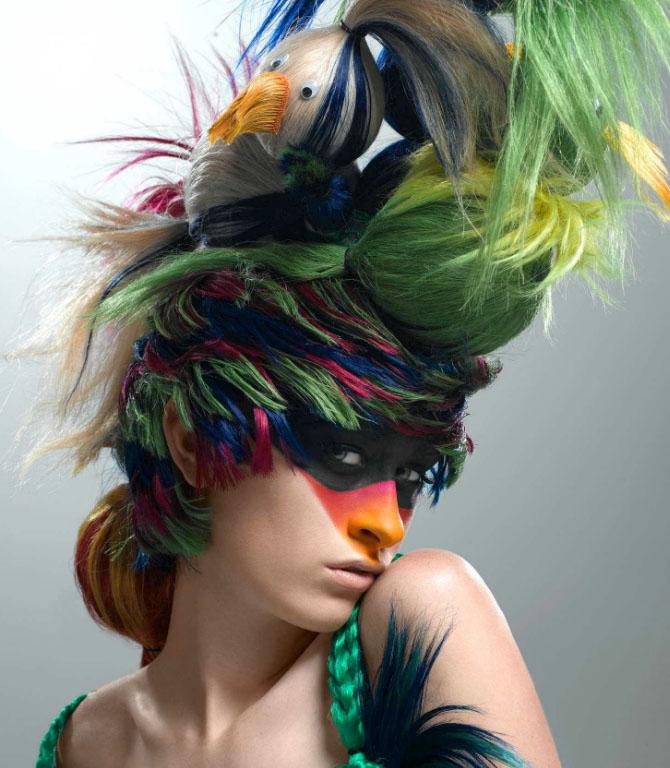 Красивая необычная прическа с цветными волосами