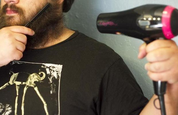 Мужчина сушит бороду феном
