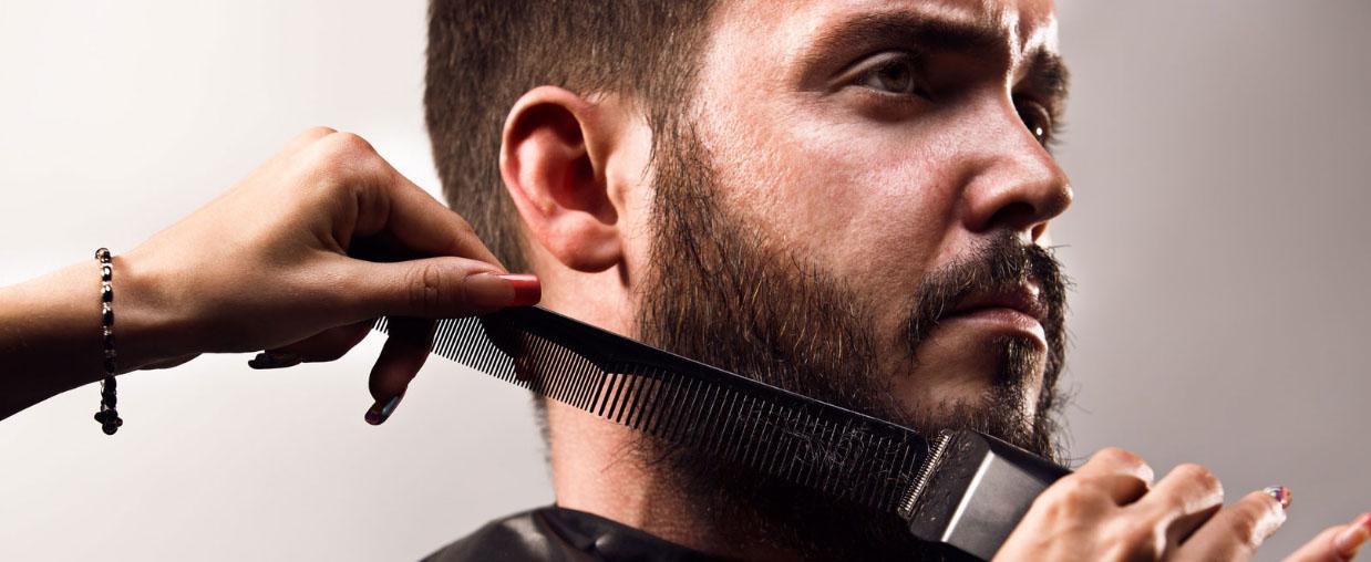 Мужчине подстригают бороду