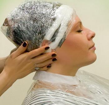 Окрашивание волос басмой, закутанная в полиэтилен голова