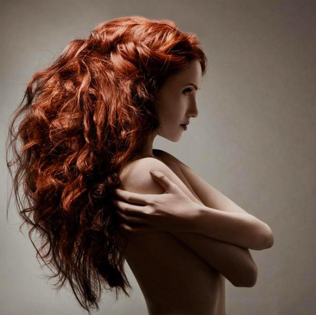 Девушка с густыми, длинными, рыжими, волнистыми волосами