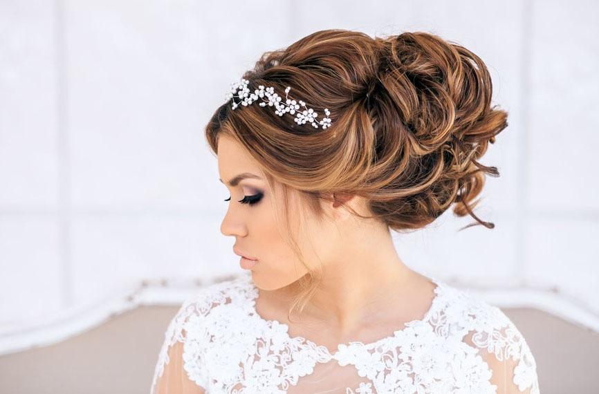 греческая прическа на короткие волосы с диадемой