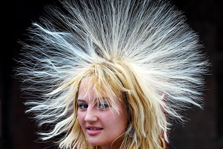 Девушка с наэлектризованными волосами