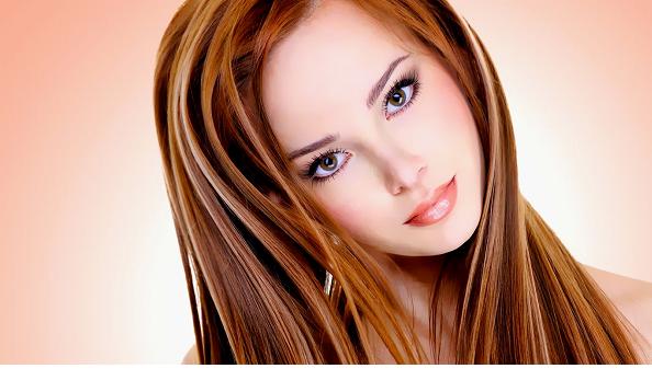 Девушка со здоровыми красивыми рыжими волосами
