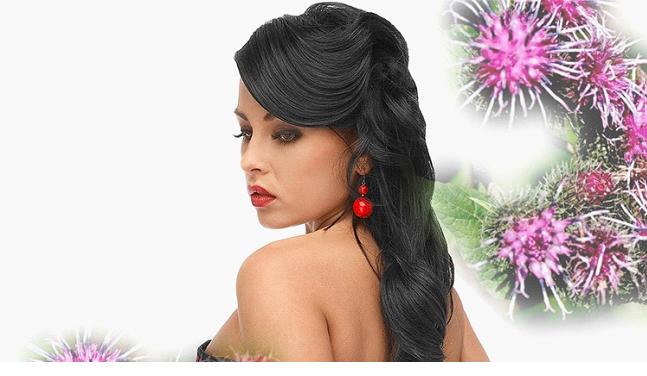 Девушка с черными волосами на фоне цветков репейника
