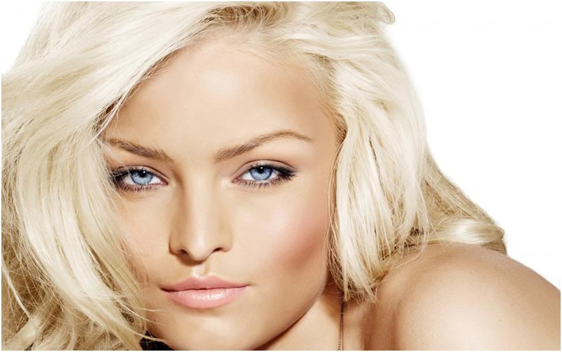 Красивая девушка с обесцвеченными волосами