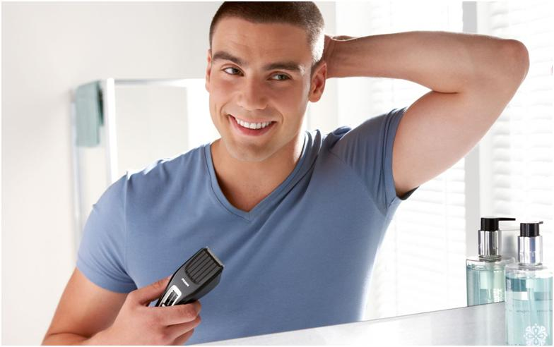 Мужчина с машинкой для стрижки волос