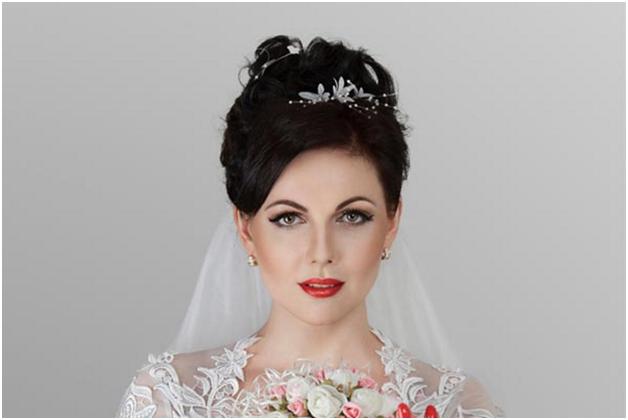 Невеста со свадебной прической и фатой