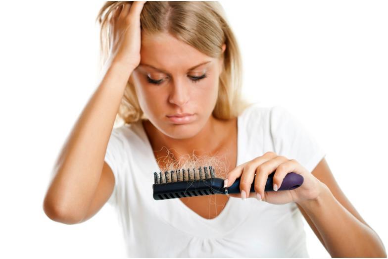 Девушка с волосами на расческе