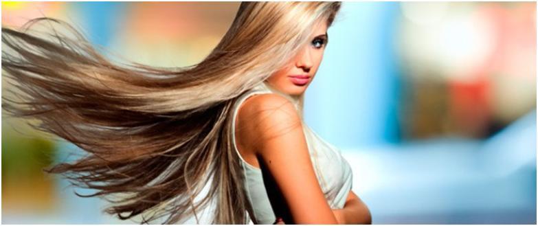 Светловолосая девушка с мелированными, развивающимися волосами