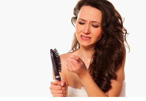 Расстроенная девушка с волосами на расческе