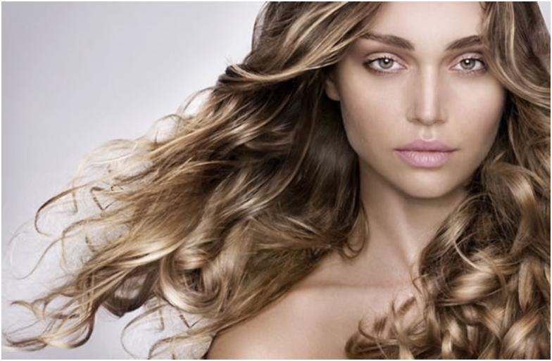 Девушка со светлыми, волнистыми, развивающимися волосами