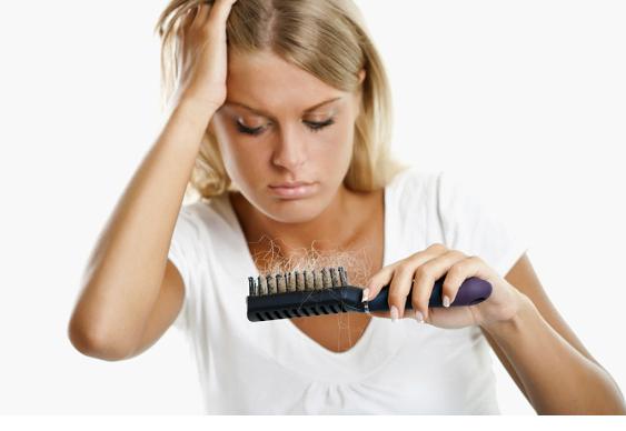 Светловолосая девушка с волосами на расческе