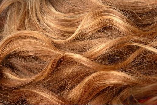 Волнистые светлые волосы