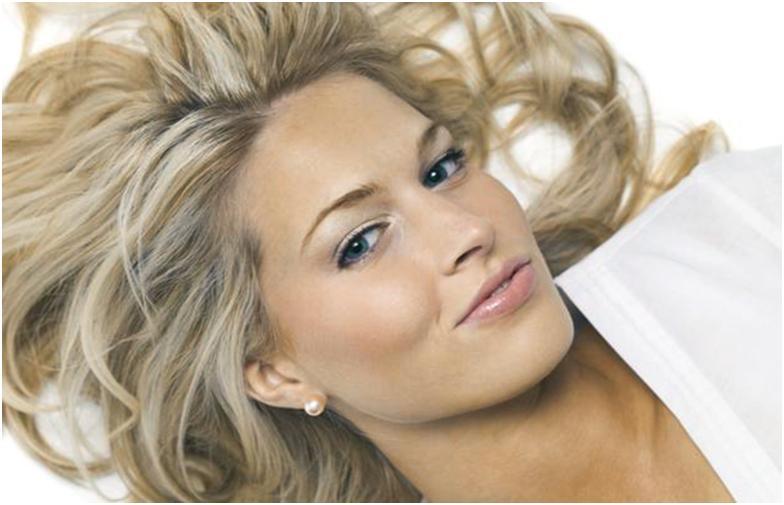 Девушка с мелированными светлыми волосами