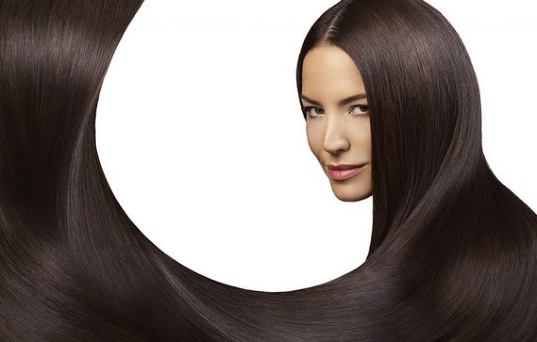Девушка с красивыми, темными, длинными, прямыми волосами