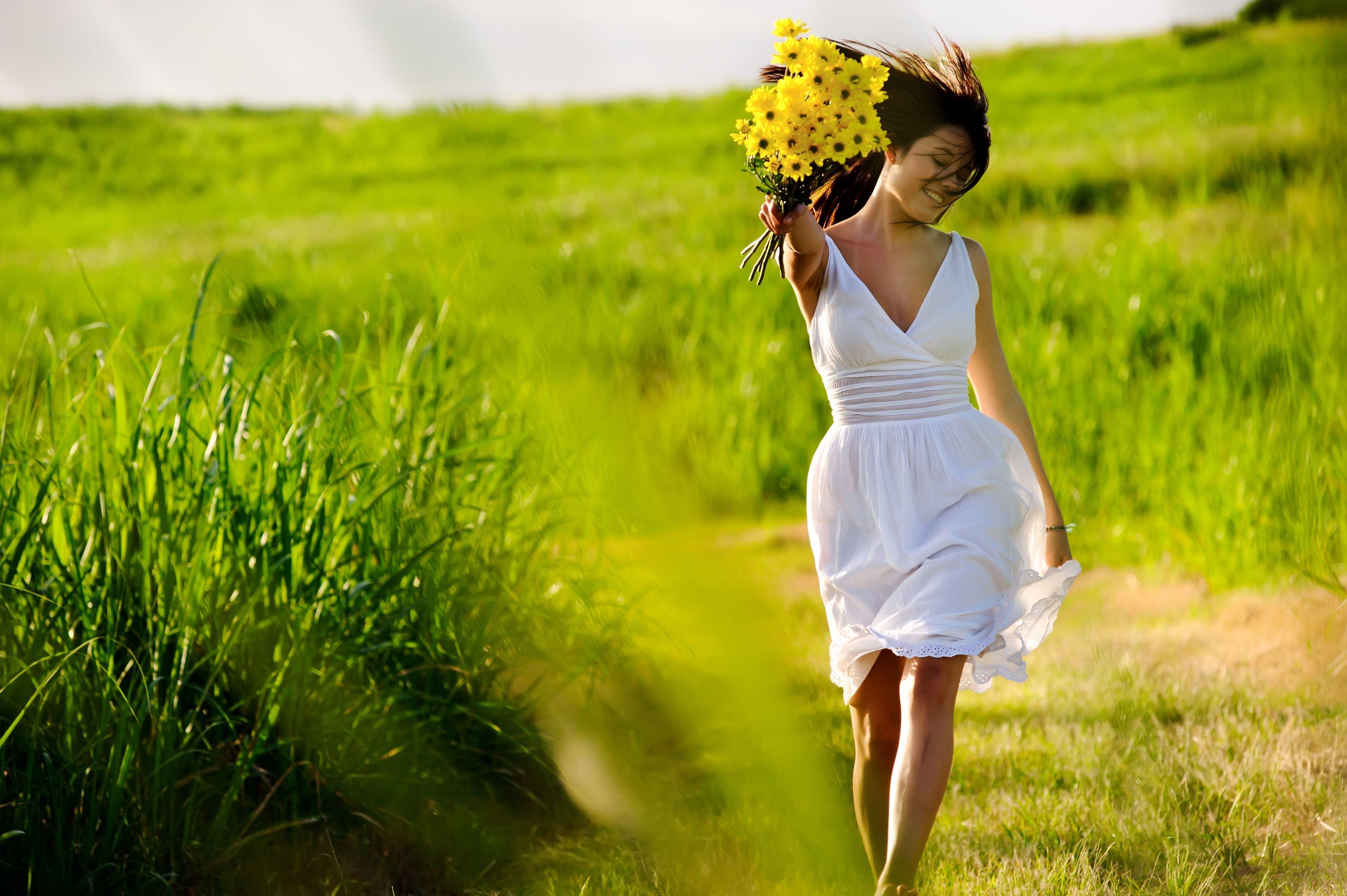 Девушка в поле с цветами и хорошим настроением