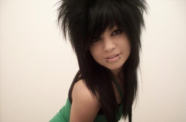 Девушка-эмо с длинными черными волосами