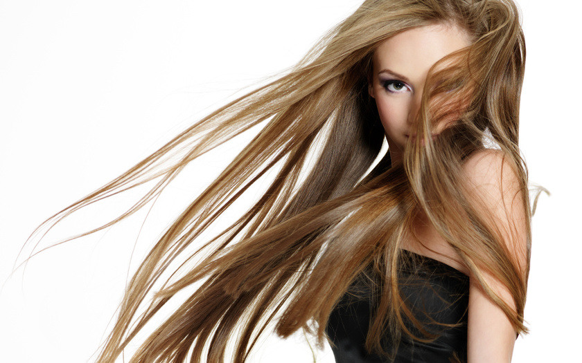 Девушка со светлыми, длинными, развивающимися волосами