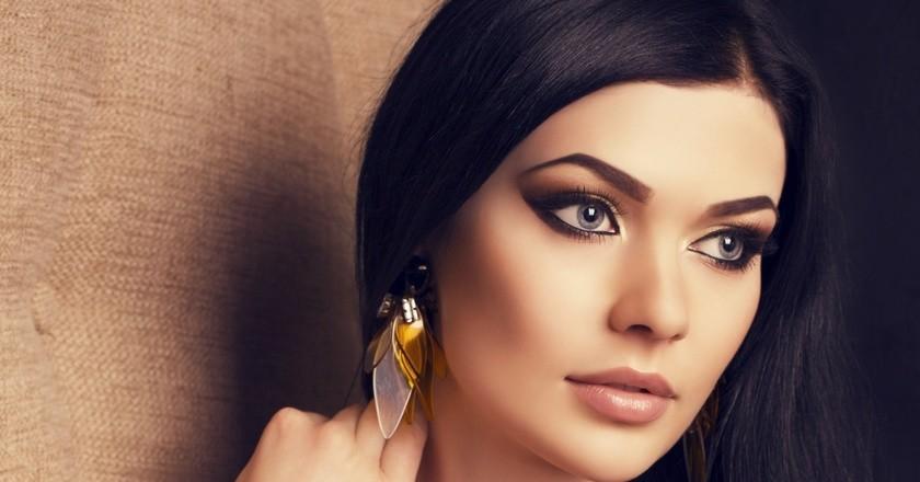 Темноволосая девушка с красивыми бровями и макияжем