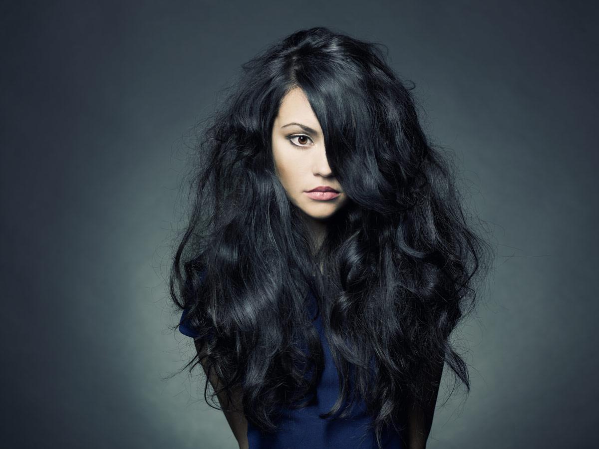 Девушка с черными, волнистыми волосами