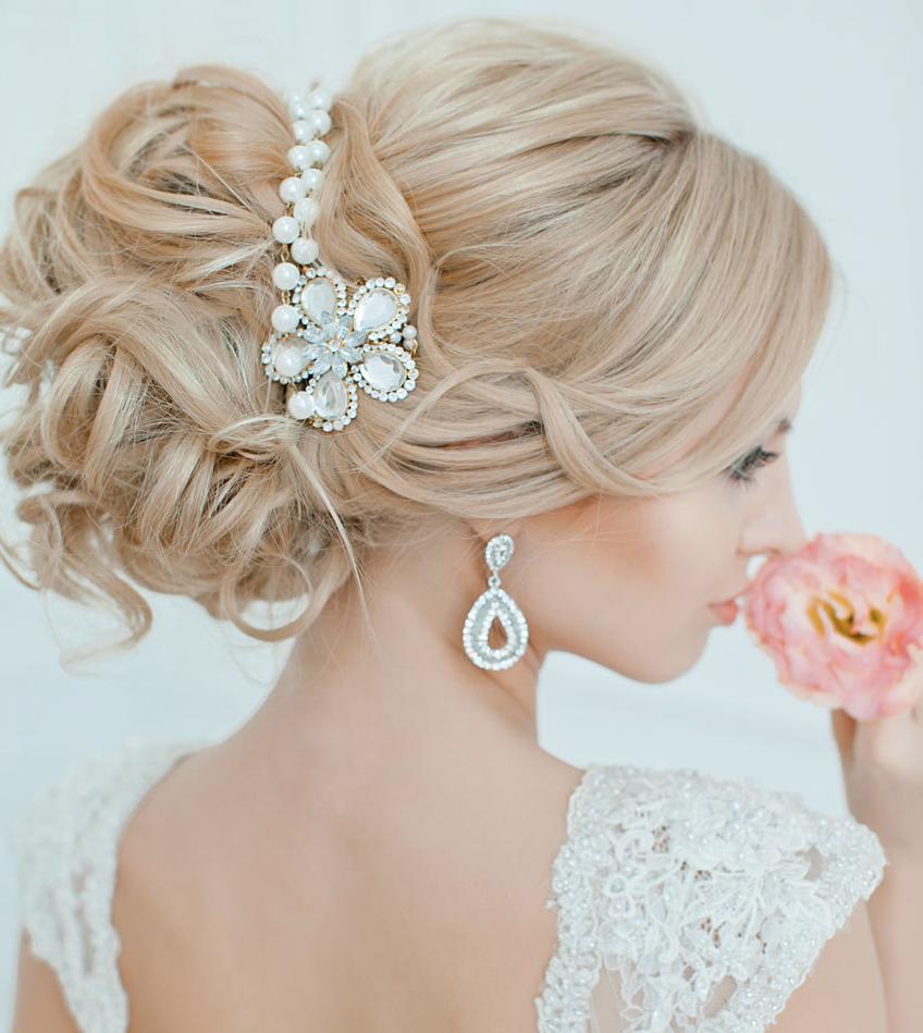Свадебная прическа с украшением