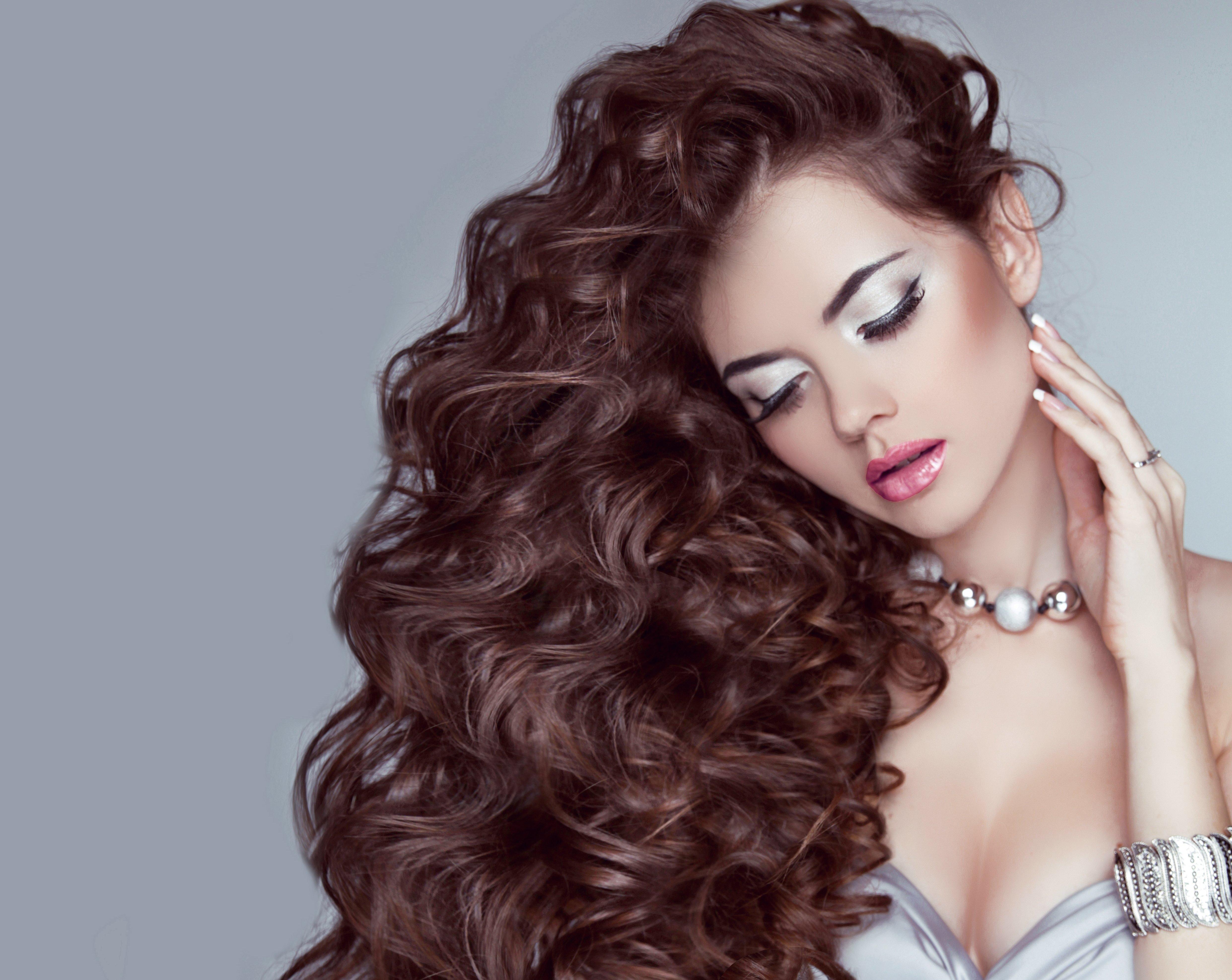 Девушка с длинными, волнистыми, темными волосами