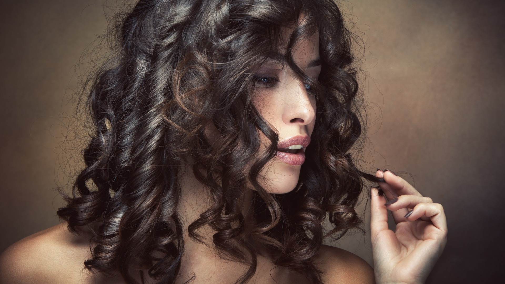 Девушка с темными, кудрявыми волосами