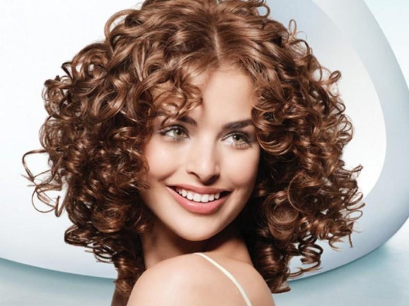 Прически для средней длины волос с кудрями