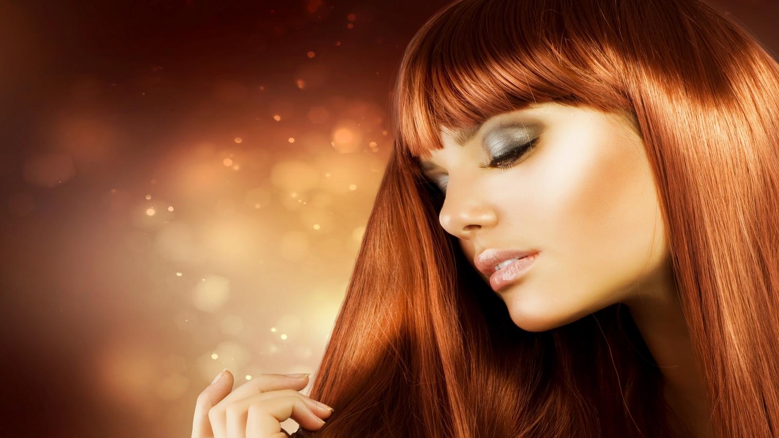 Девушка с красивыми, рыжими волосами