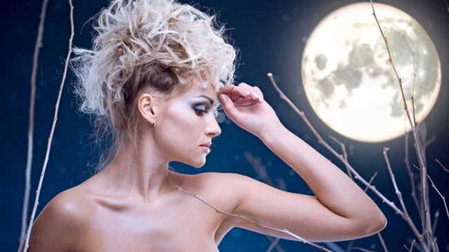 Девушка со светлыми волосами и полнолуние