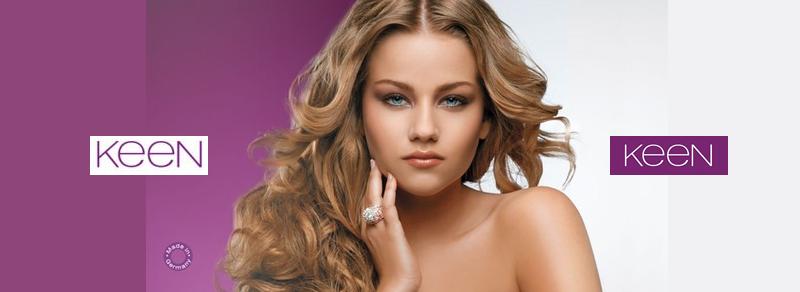 Девушка со светлыми, волнистыми волосами и логотипом Keen
